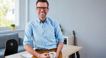 Freelance qui porte des lunettes
