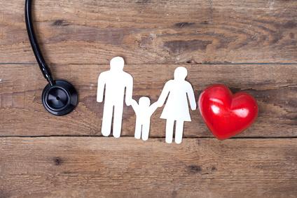 Famille entourée d'un stéthoscope et d'un coeur
