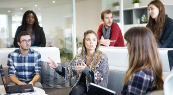Chef d'entreprise en reunion avec ses salariés