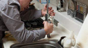 Artisan plombier en réparation