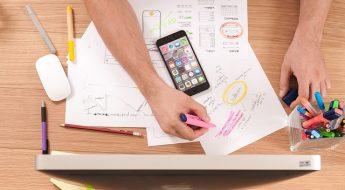Freelance qui classe des papiers sur son bureau